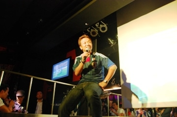 「赤坂Erebos (エレボス)」でトークショーを行った本田泰人さん。