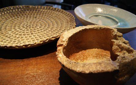 指の文様が個性的な大皿は小島憲二さん作。ほか二つの変わり鉢は、もともと花器だったものを食器として使う。どれも一点もの
