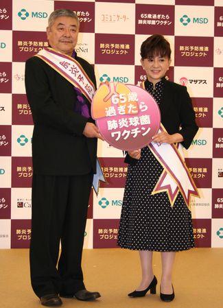 「肺炎予防大使」の中尾彬さん、加賀まりこさん