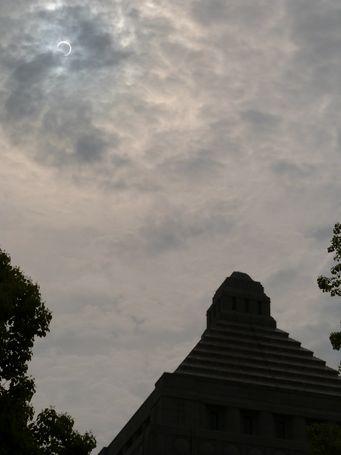 雲間から金環日食が顔を出した
