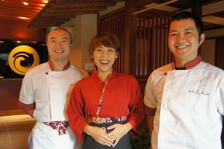 右から、店長の水島康裕さん、スタッフの小関景子さん、森下智司さん