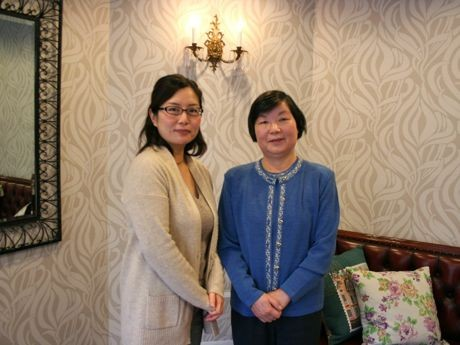 助産師の村上智子さん(左)と院長の大関ミヨ子さん(右)。