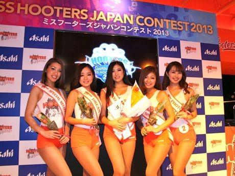 ミスフーターズジャパンに返り咲いたMiyoさん(中央)