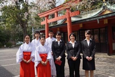 日枝神社でも「入社式」-新社会人7人が出仕や巫女に - 赤坂経済新聞