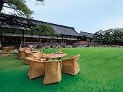 明治記念館に夏季限定ビアテラス-1000坪の緑豊かな芝の庭園を開放