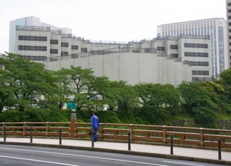 解体工事用のゴンドラ足場(テコレップ)の中に姿を消したグランドプリンスホテル赤坂