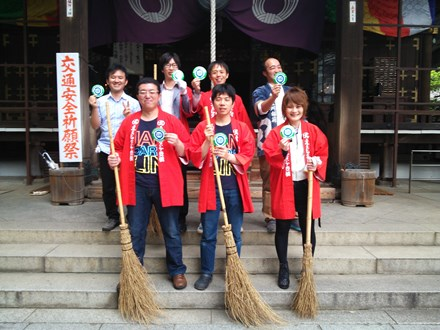 清掃活動を行った「WE LOVE MIKAWA」のメンバー