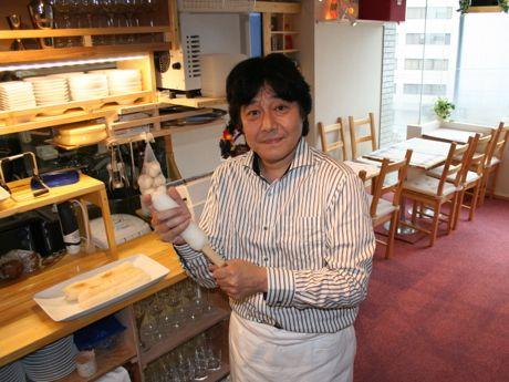 きりたんぽを作る店主の町田晃さん