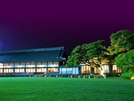 「ビアテラス鶺鴒(せきれい)」を開く明治記念館の緑豊かな庭園