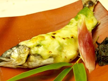 コース料理の一つ「鮎の木の芽味噌チーズ焼き」