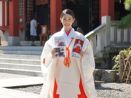 同神社オリジナルの記念品を持つ女優の高橋ひかるさん