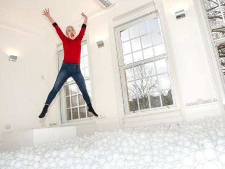 会場には飛び込めるほどの数の白いボールを敷き詰める