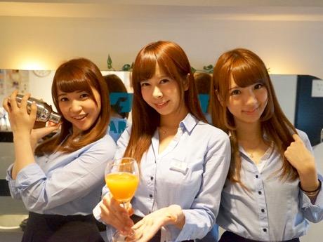 「初回来店の場合は40分1000円の飲み放題となる」とアピールする桜井さん(中央)