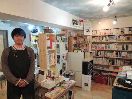 店主の竹田信弥さん(双子のライオン堂書店店内で)