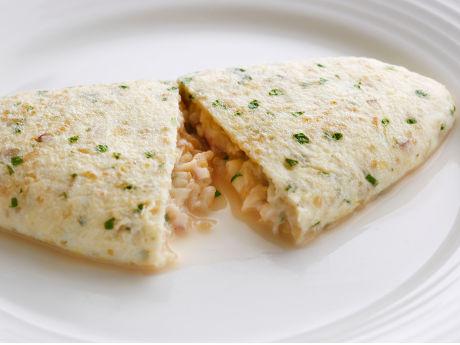 玄米卵にキヌアや赤酢であえた赤たまねぎを入れた「シリアルオムレツ」