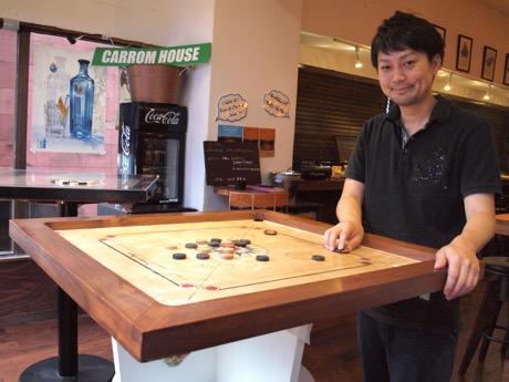 自社製の台でキャロムをプレイする店長の島田さん
