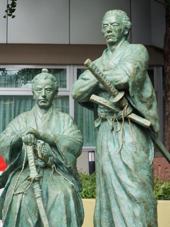 同施設に建てられた「勝海舟・坂本龍馬師弟像」