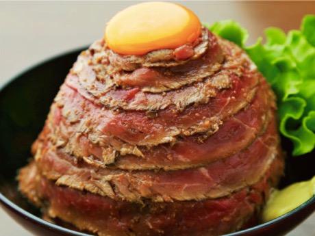 同店のメニュー「レアローストビーフ丼」