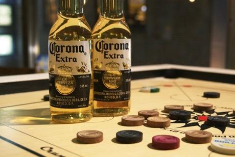 コロナビール専用のキャロム台でゲームをプレーすることもできる