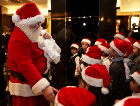 サンタクロースのお手伝いをする子どもたち