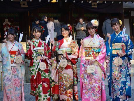 (左から)絵馬を掲げる北野日奈子さん、堀未央奈さん、生田絵梨花さん、中元日芽香さん、斎藤ちはるさん