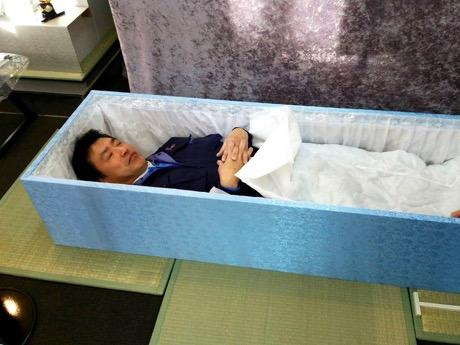 赤坂の「終活カフェ」が2周年 入棺体験や終活バスツアーも