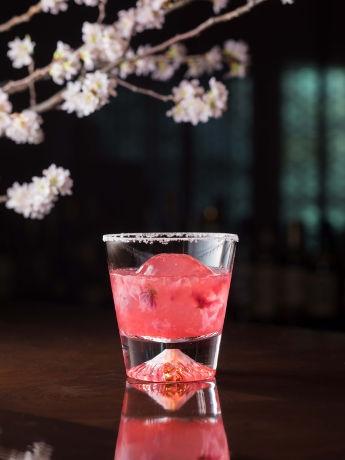 ザ・キャピトルホテル 東急が桜のカクテル 富士山が浮かび上がるグラスで提供