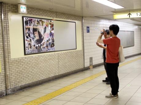 西野七瀬さんの広告を撮影する男性ファン