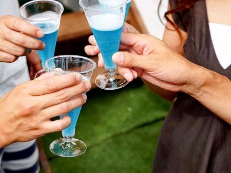 同イベントでは、世界100種類のスパークリングワインの飲み比べが楽しめる