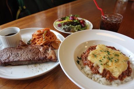 6月26日から提供を始める「牛ステーキ&ナポリタンキ」(左)と「ボロネーゼ焼きチーズカレー」(右)
