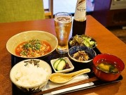 赤坂の居酒屋がランチに「冷やし麻婆豆腐定食」 氷入りノンアルコールビールと提供
