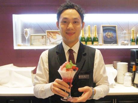 シャンパンかき氷の「クールピンキー」を紹介するチーフの小林一樹さん