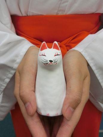 キツネの形を模した張り子の人形