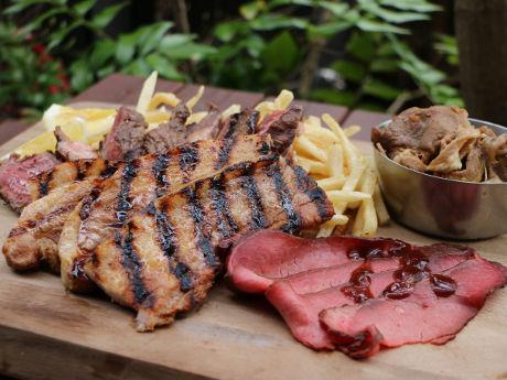 4種類の肉を盛り合わせた「YONA 肉盛り」