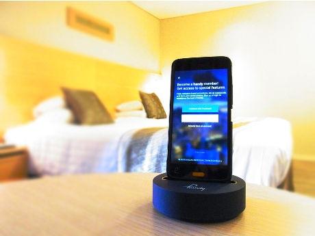 全ての客室に各1台備え付けられるスマートフォンの「handy」