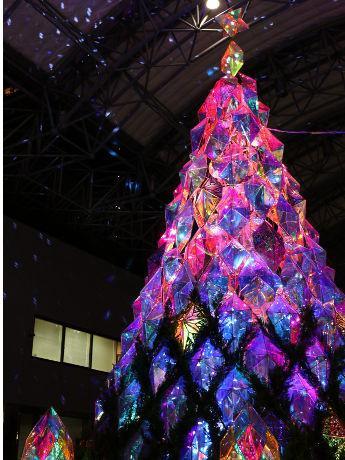 アーク・カラヤン広場の中央には高さ約7.5mの「クリスマスツリー」