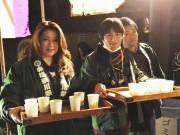 赤坂の氷川神社で元旦0時から「甘酒配り」 今年も地域住民がサポート