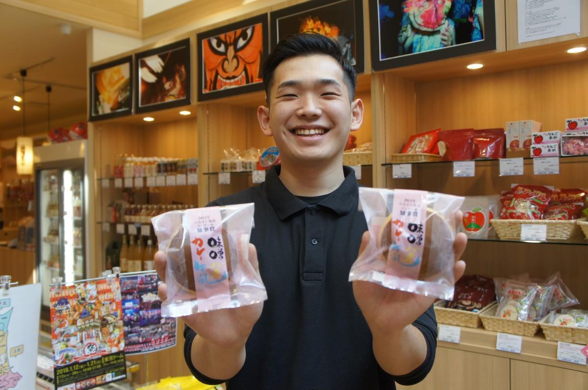 「味噌バターカレー牛乳どらやき」を紹介する副店長の長内郁純さん