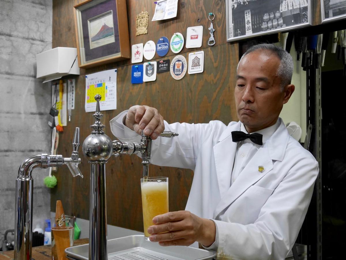 イベントで「ミニ生ビール講座」を開く重富寛さん