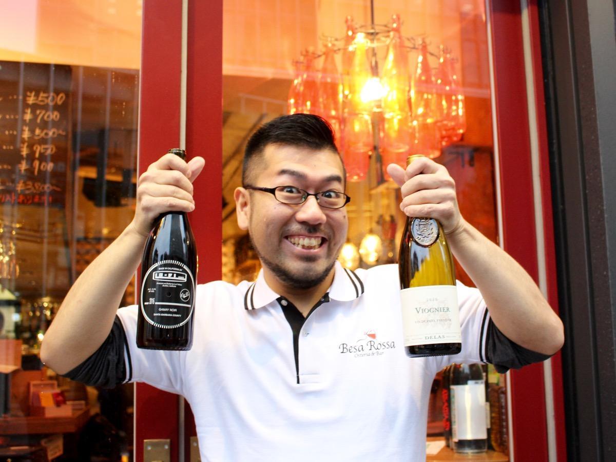「自慢の地中海料理と料理に合うワインをぜひ楽しんでほしい」と話す村野佑太店長