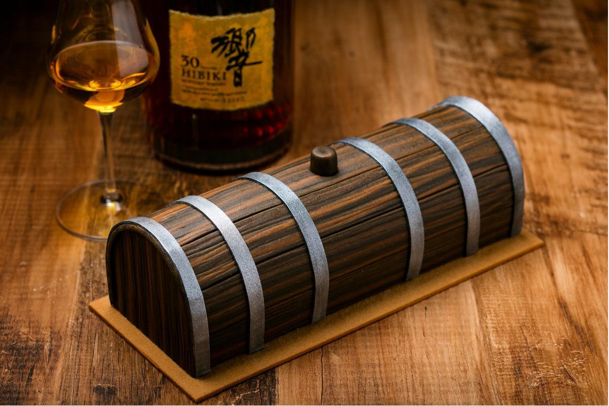 1本5万円の「響ガトー」はウイスキーの樽をイメージする