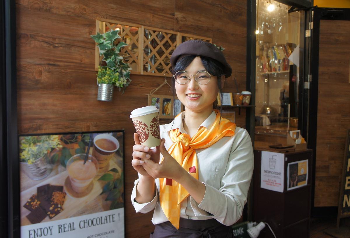 「ほっちょこ」を紹介するスタッフの吉村さん(画像の商品はMサイズ)