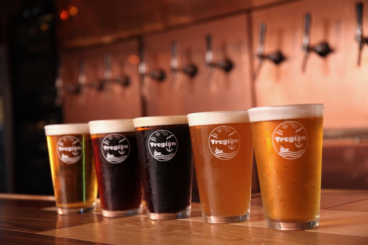 (右から)青森の奥入瀬ビール「ダークラガー」、岩手の蔵ビール「IPA」、宮城の仙南シンケンファクトリー「ヴァイツェン」、秋田の田沢湖ビール「ブナの森」、山形の月山ビール「ミュンヒナー」