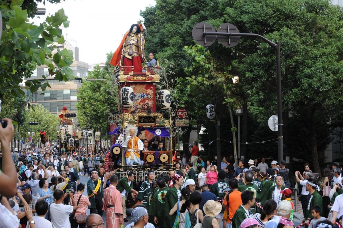 街中を「日本武尊人形山車」が巡行する同祭(過去の様子)