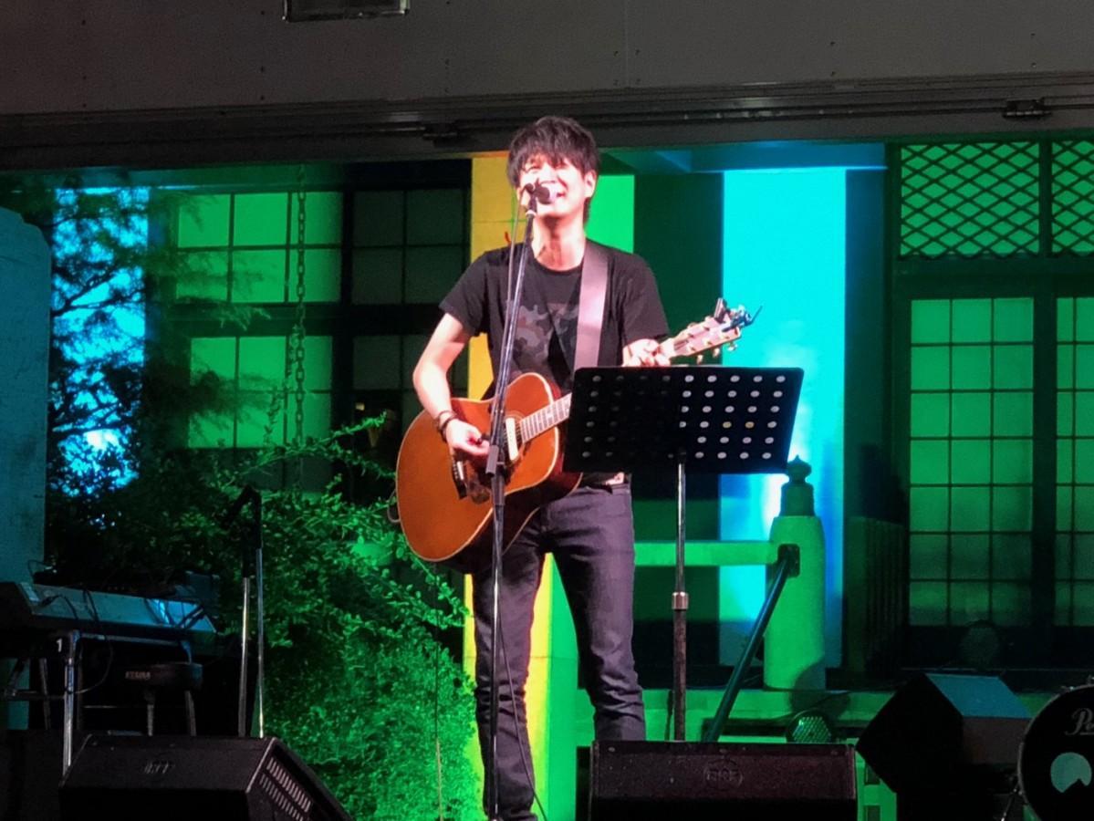 浄土寺のステージに初日に立ったシンガーソングライターの構康憲さん