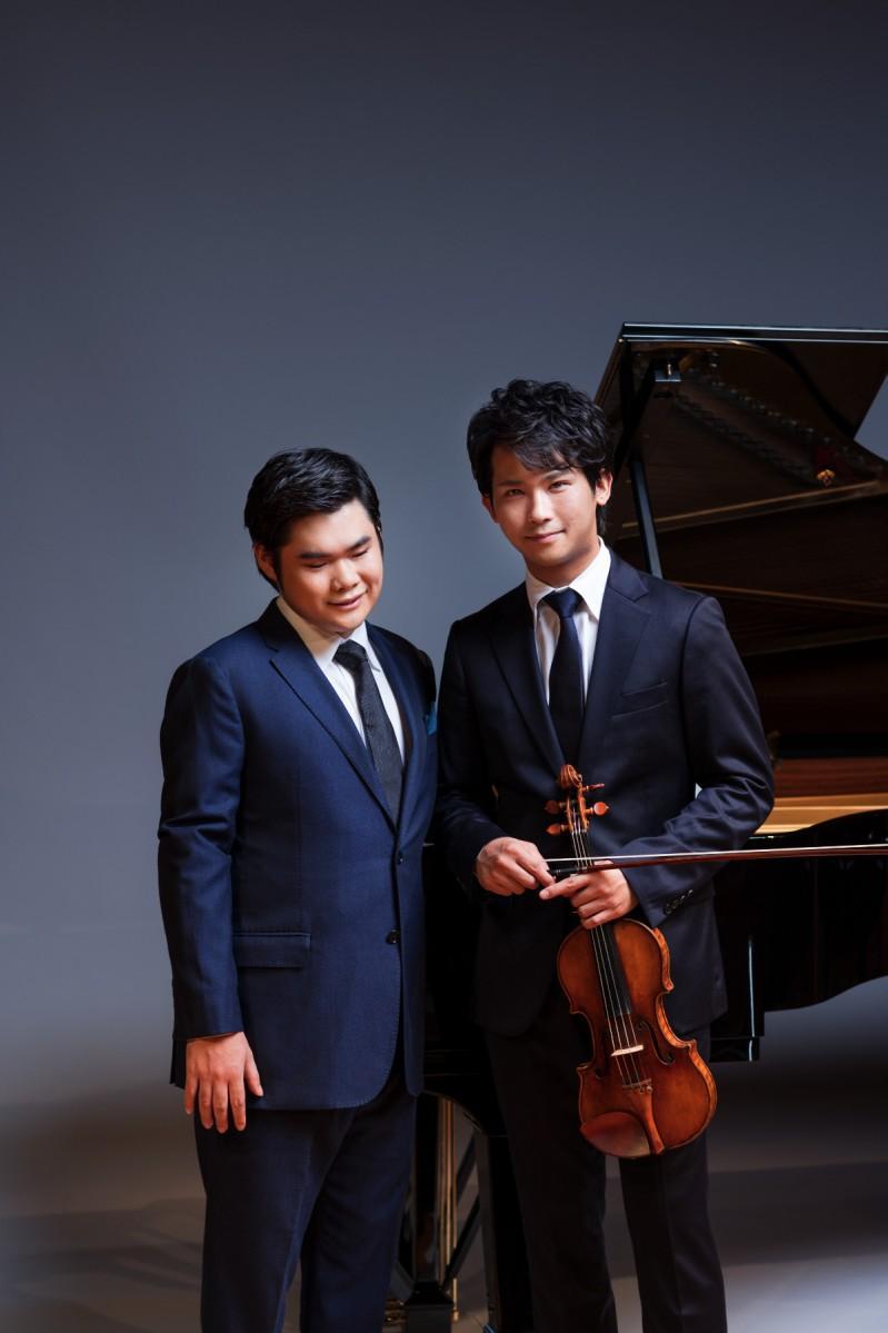 (左)ピアニストの辻?井伸行さんと(右)バイオリニストの三浦文彰さん(C)Yuji Hori