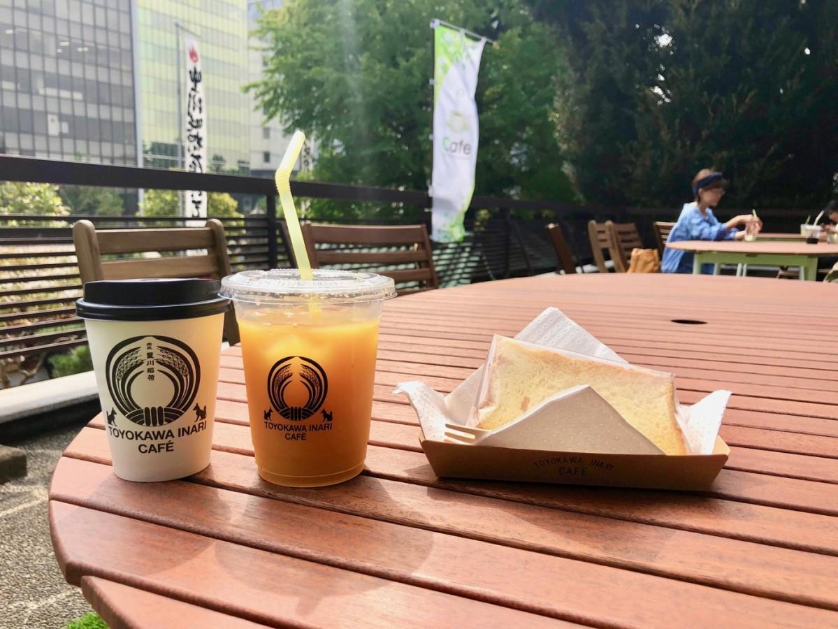 (左から)カフェで提供するコーヒー、オレンジジュース、シフォンケーキ
