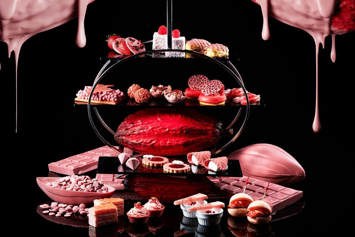 「アトリウムラウンジ」で提供する「ルビーチョコレート・アフタヌーンティーセット」
