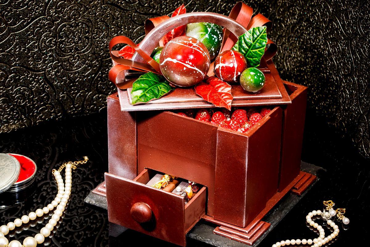 キラキラと輝くビジューを詰めた宝石箱のプレゼントをイメージして作られた「Jewel Box」