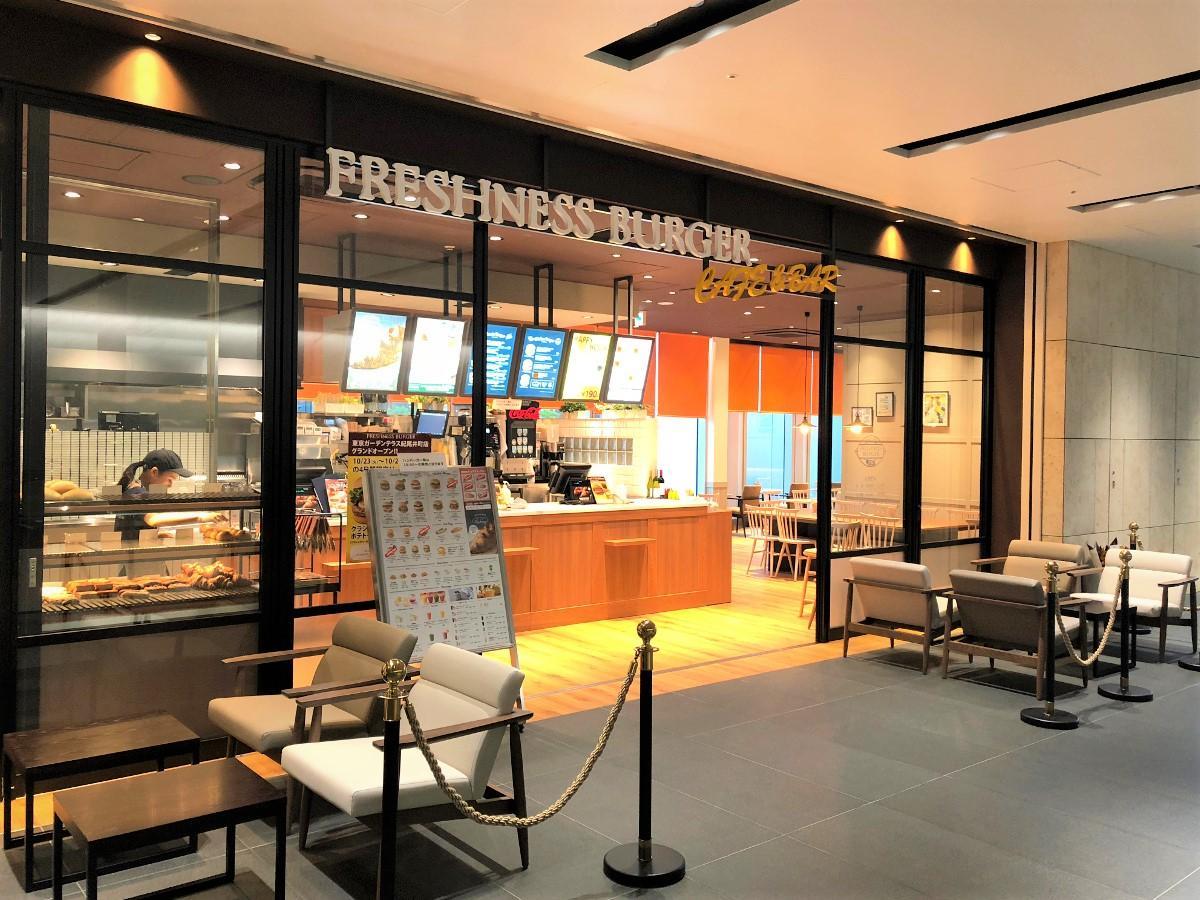 店舗前にソファー席も用意する「フレッシュネスバーガー 東京ガーデンテラス紀尾井町店」